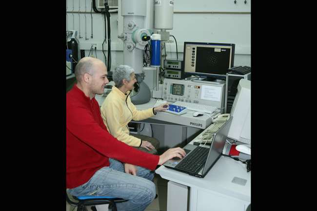 Prfo. Maria L. Nó and Dr. Gabriel López during an electron precession experiment at the 200 KV Transmission Electron Microscope.